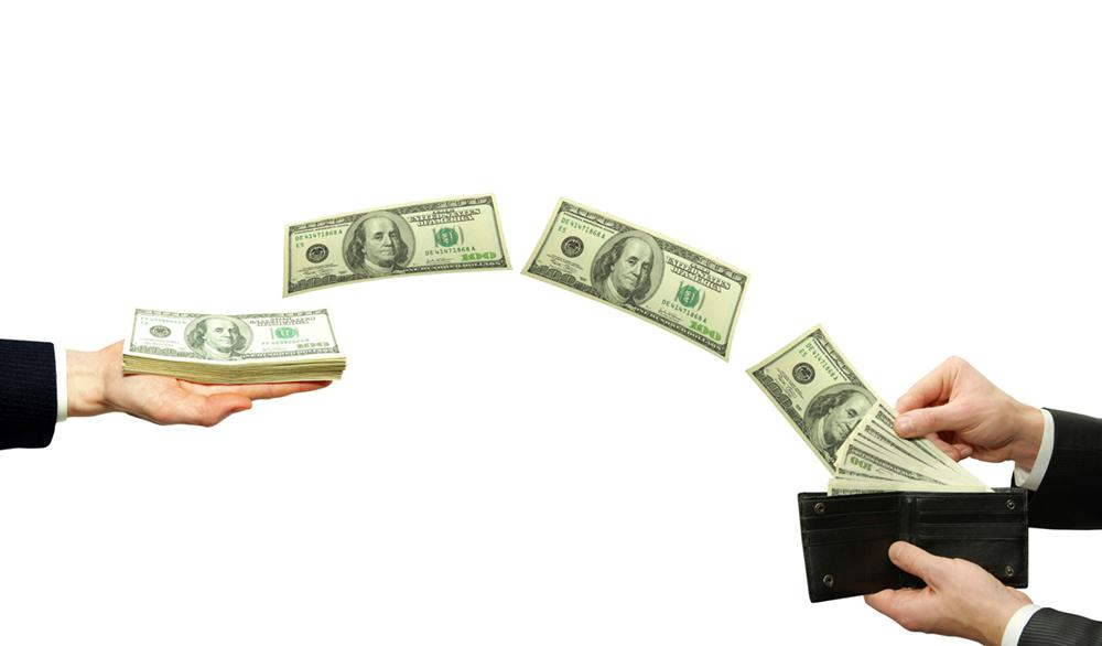 деньги летят из кошелька в руку