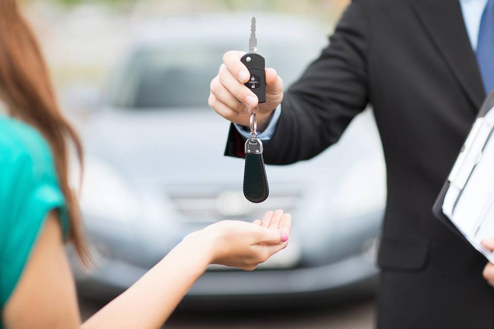 передают ключи от машины