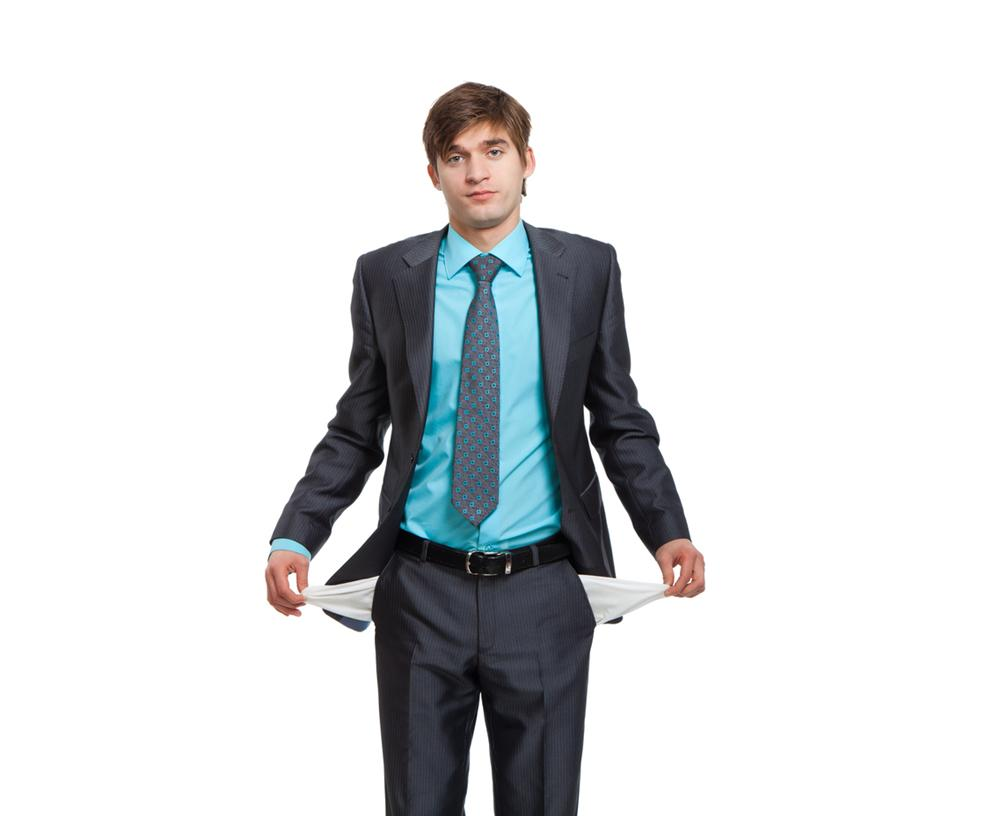 мужчина выворачивает карманы