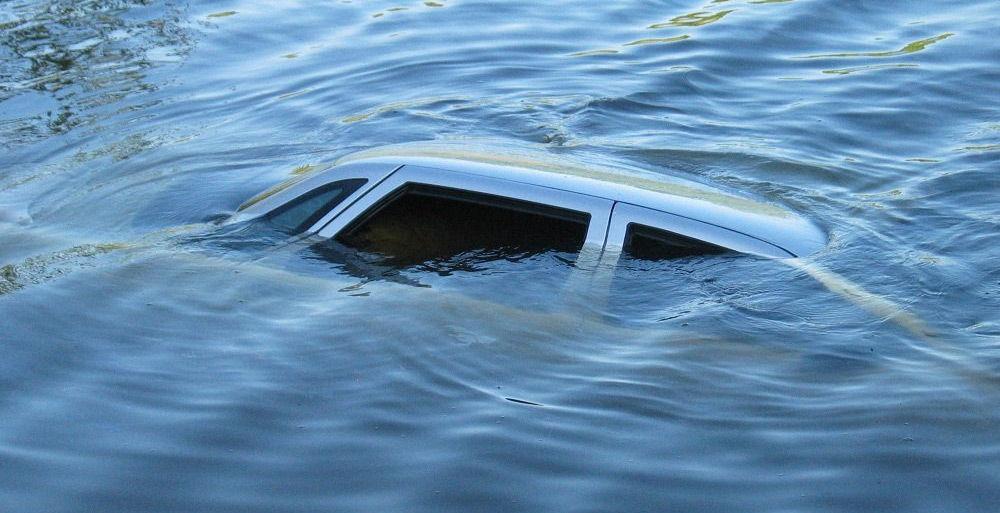 Автомобиль в озере
