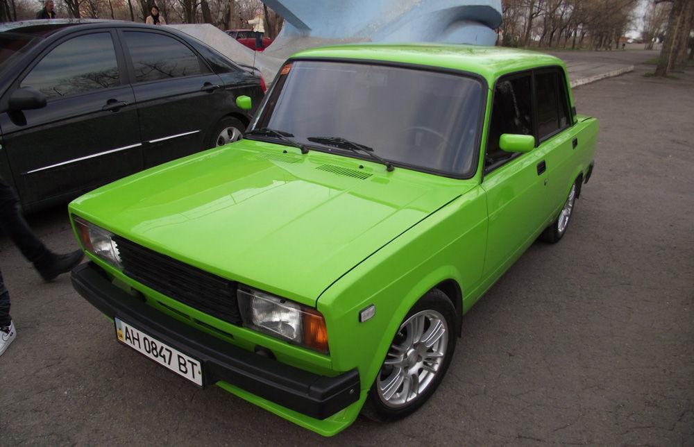 авто зеленого цвета