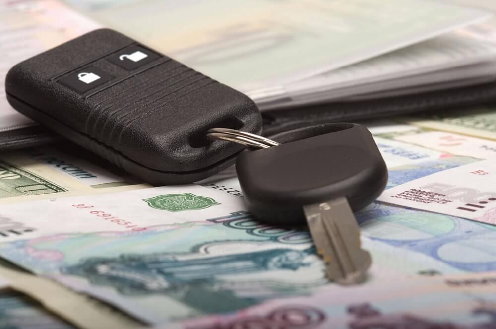 Ключи с брелоком и деньги