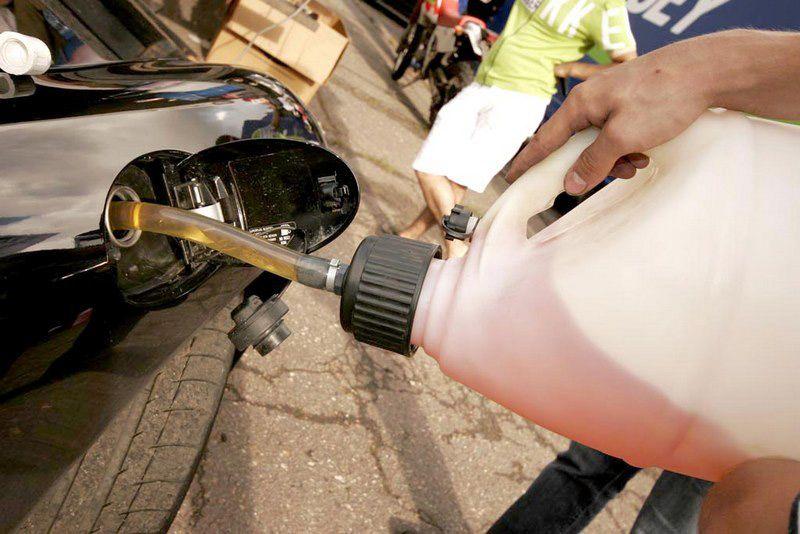 Заправка автомобиля бензином собственного производства