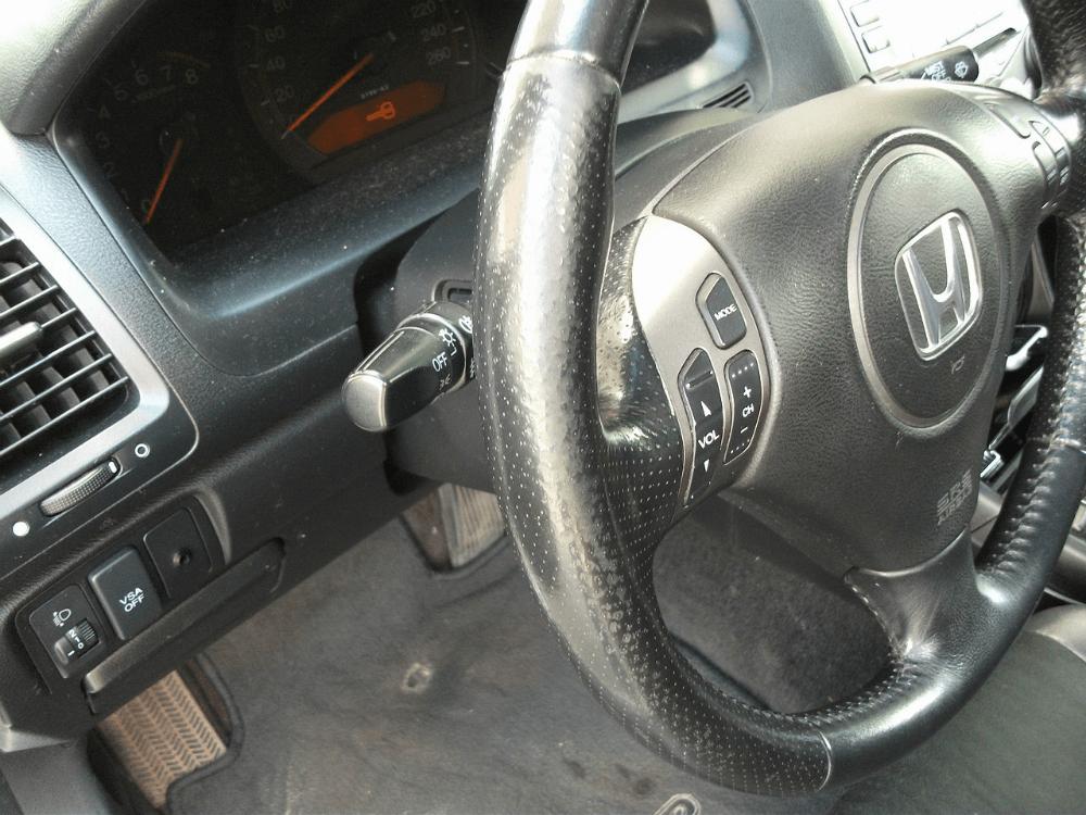 Потёртое рулевое коле автомобиля Honda следы длительной эксплуатации