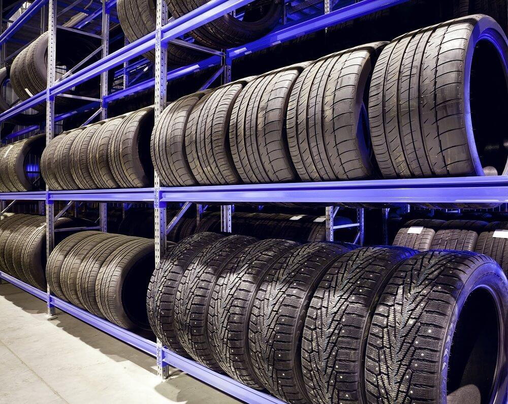 Автомобильные шины на полках