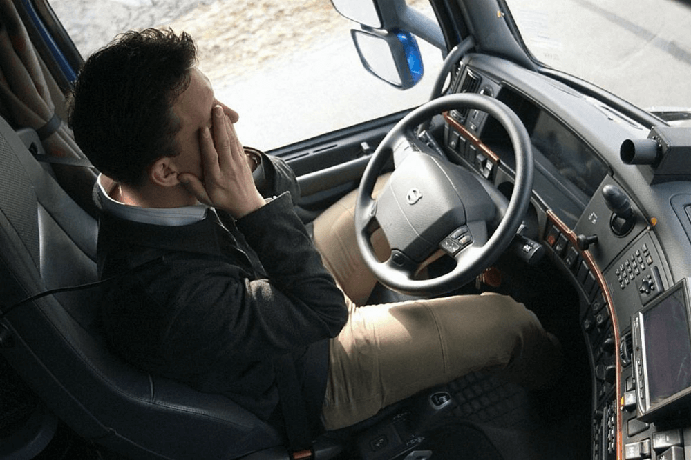 Водитель грузовика хочет спать