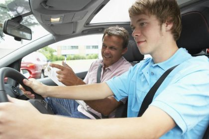 Инструктор по вождению проводит урок ученику