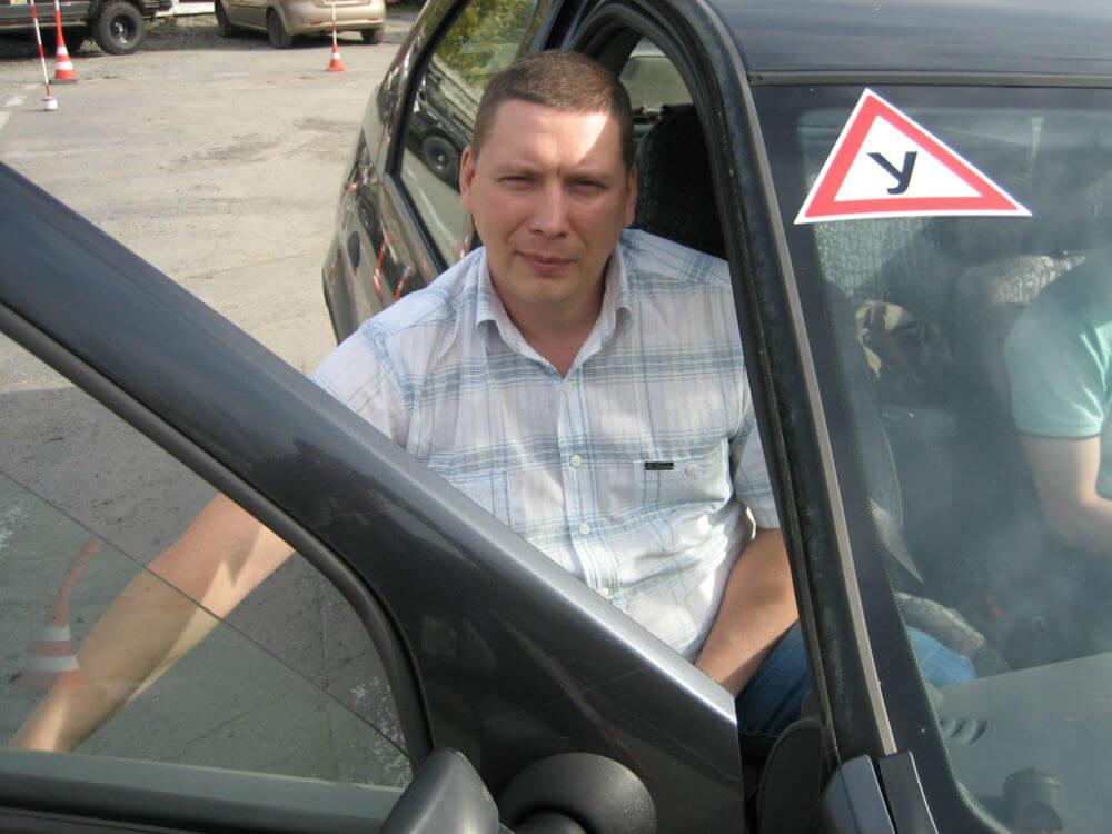 Инструктор по вождению учебного авто