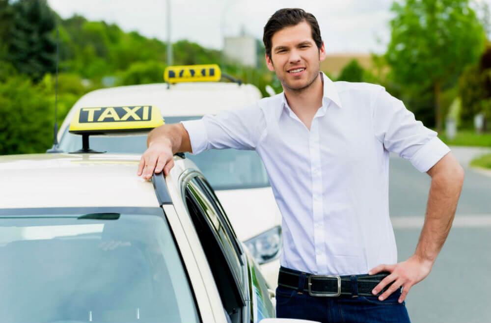 Водитель автомобиля службы такси