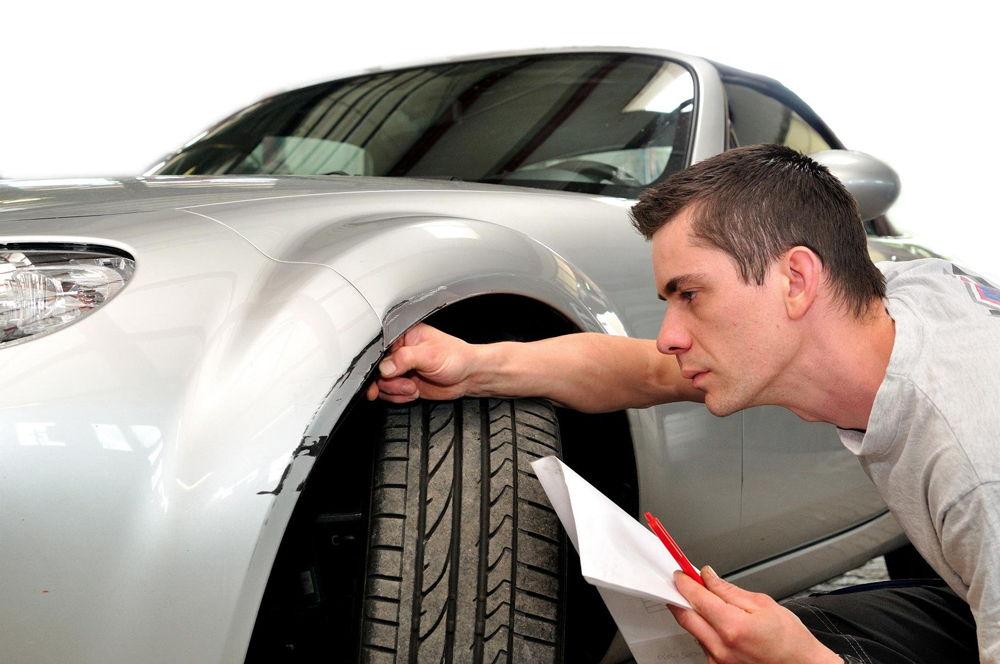 Мужчина исследует автомобиль