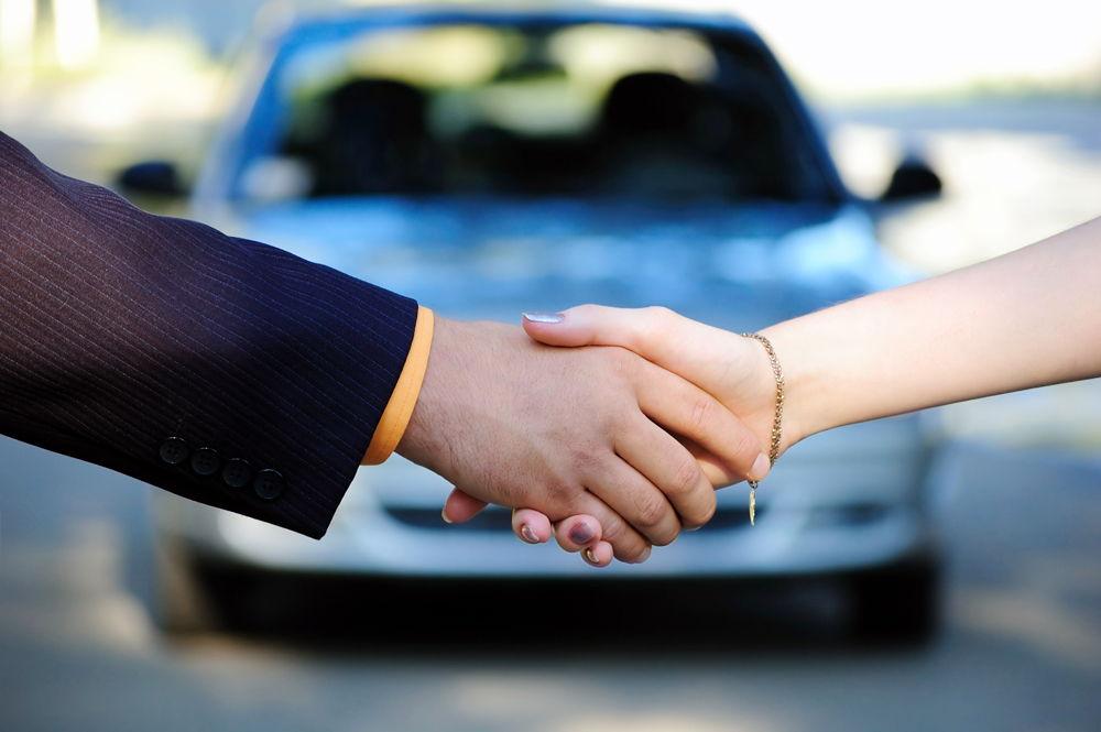 Мужчина и женщина пожимают руку