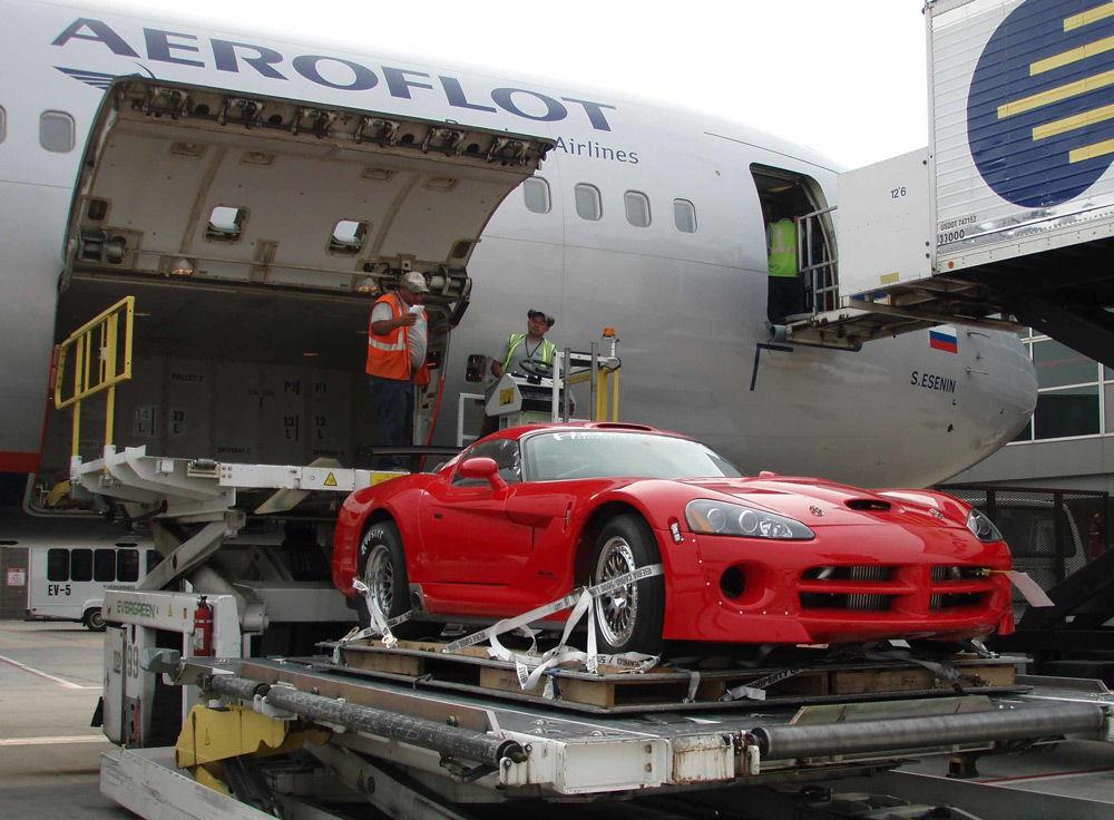 Погрузка автомобиля в самолет