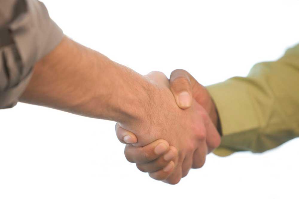 Рукопожатие продавца и покупателя