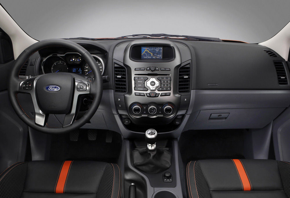 В салоне автомобиля Ford Ranger