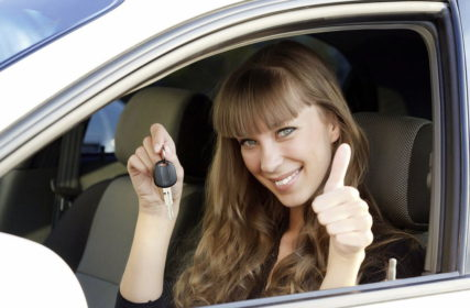 Девушка в новом автомобиле