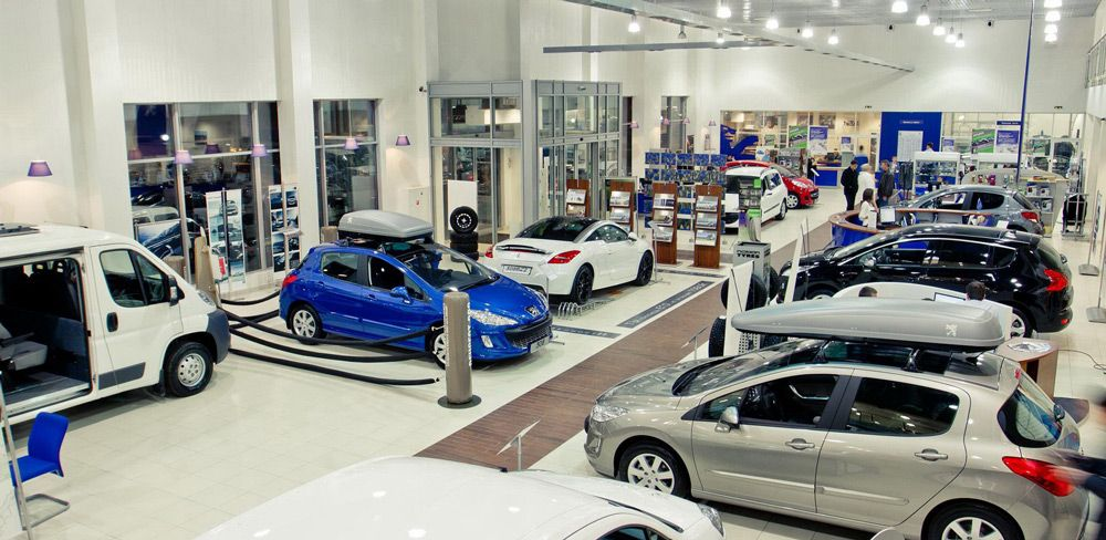 Автомобили в автосалоне