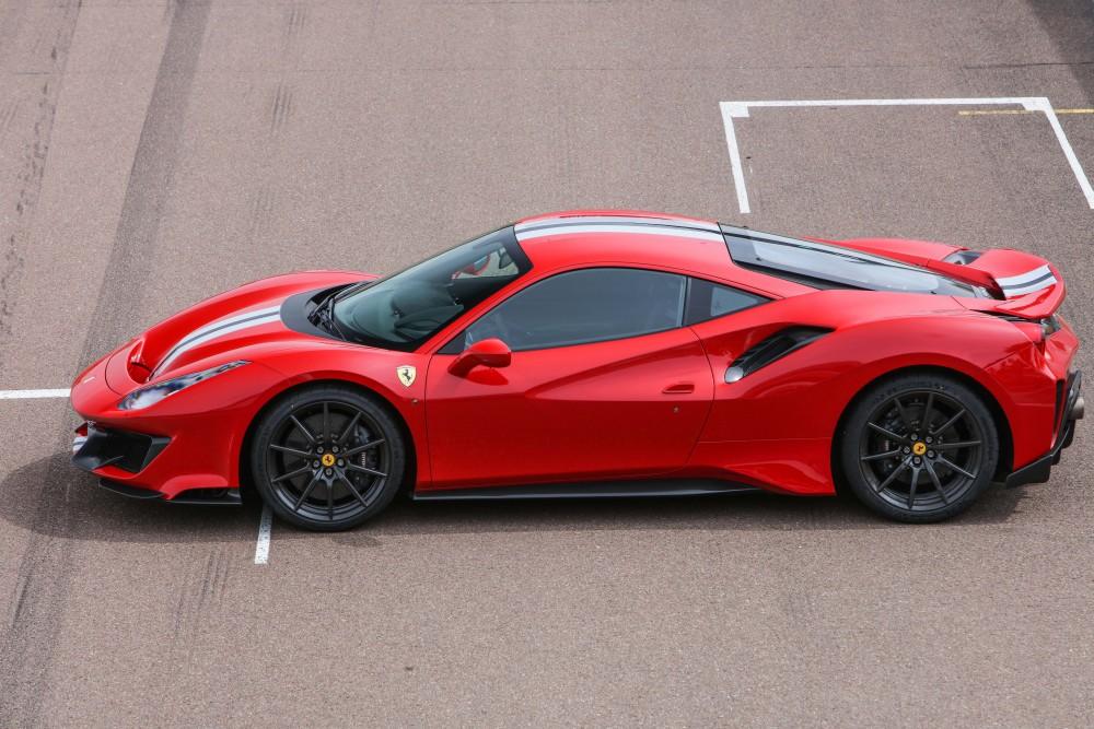 Автомобиль Ferrari 488