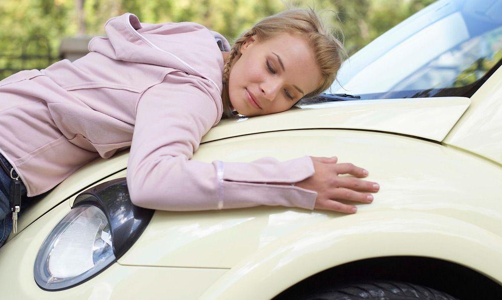 Девушка обнимет автомобиль