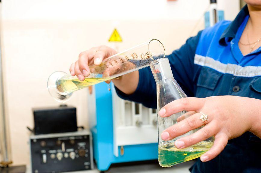 Проверка бензина в лаборатории