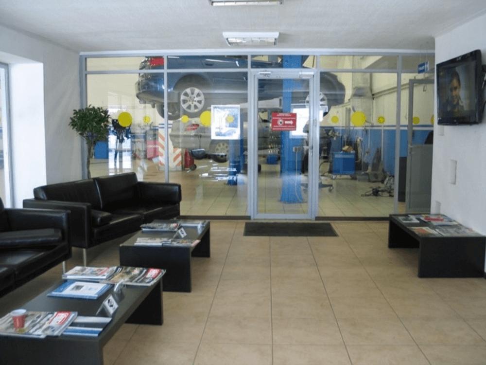 Комната ожидания клиентов в автосервисе