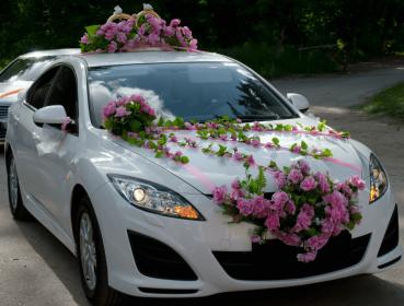 Автомобиль с украшением для свадьбы