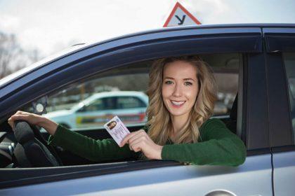 Девушка с полученым водительским удостоверением