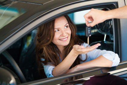 Девушке передают ключи от авто