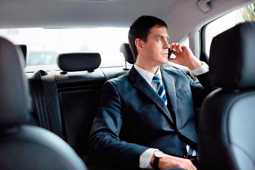 Бизнесмен в машине