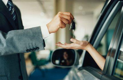 Мужчина отдает ключи от авто женщине