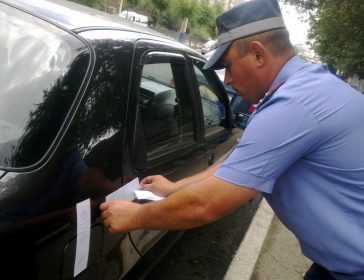 Сотрудник проводит арест автомобиля