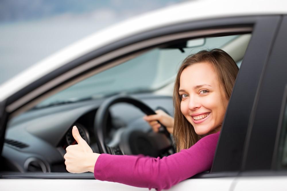 Водитель за рулем приобретенного авто