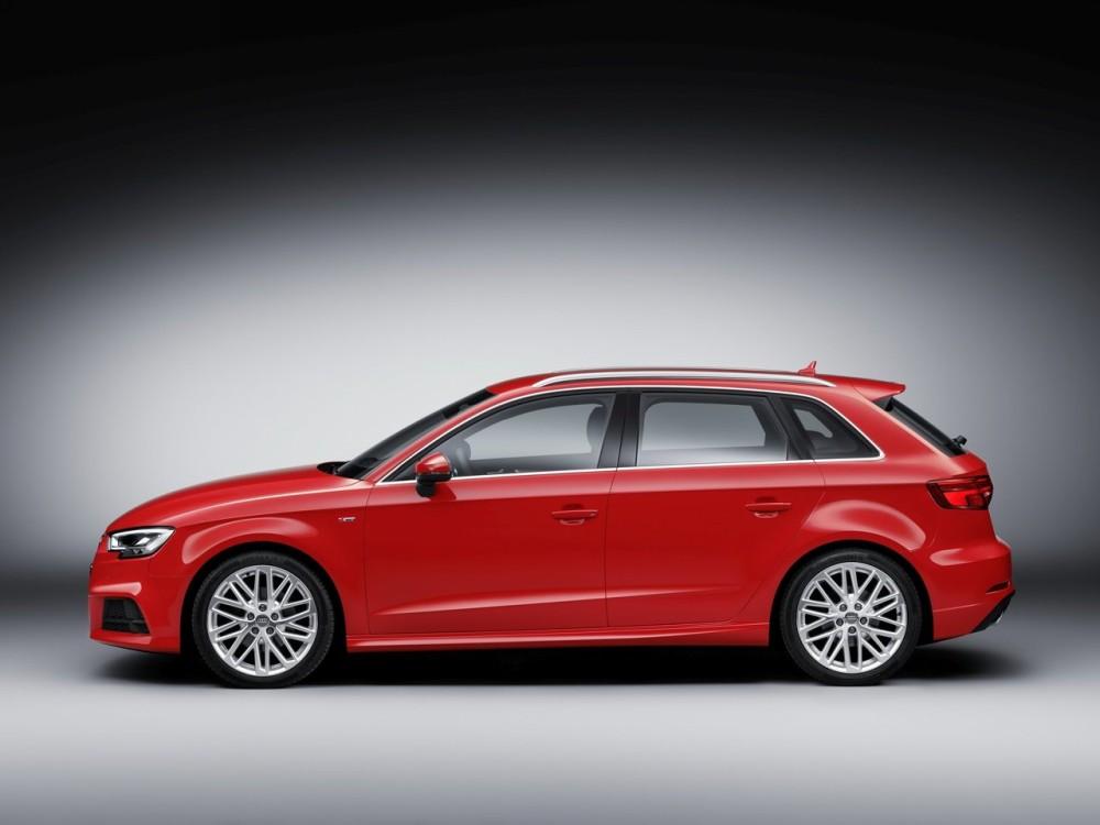 Красная Audi A Хэтчбек