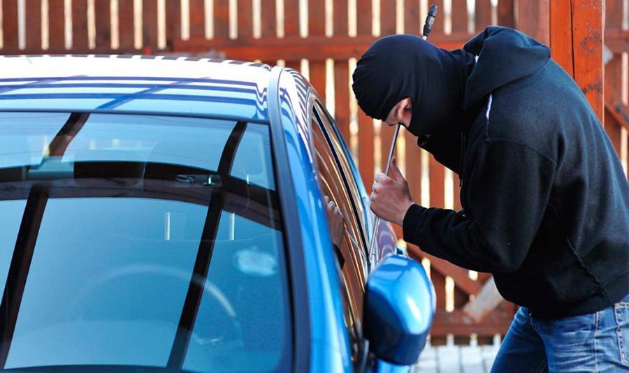 Похититель угоняет авто