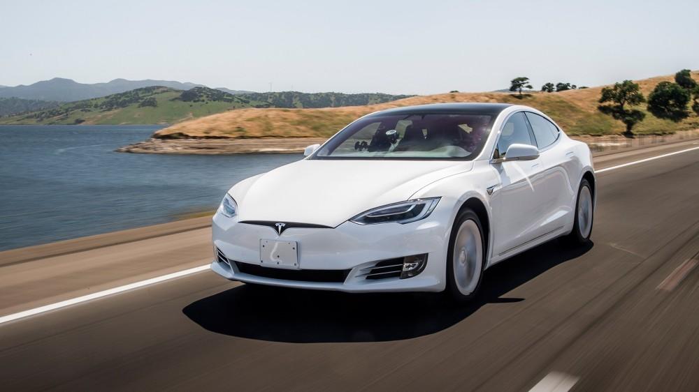 Белая Tesla Model S 2019