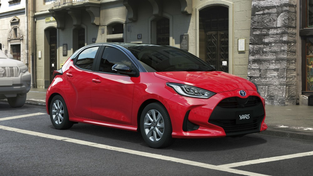 Красная Toyota Yaris