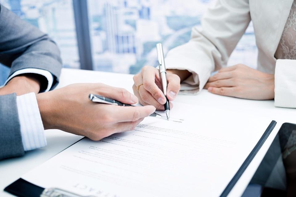 Подписание договора в автосалоне