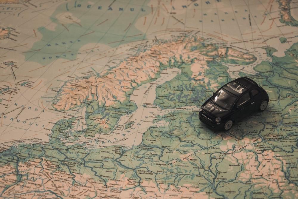 Автомобиль на карте Европы