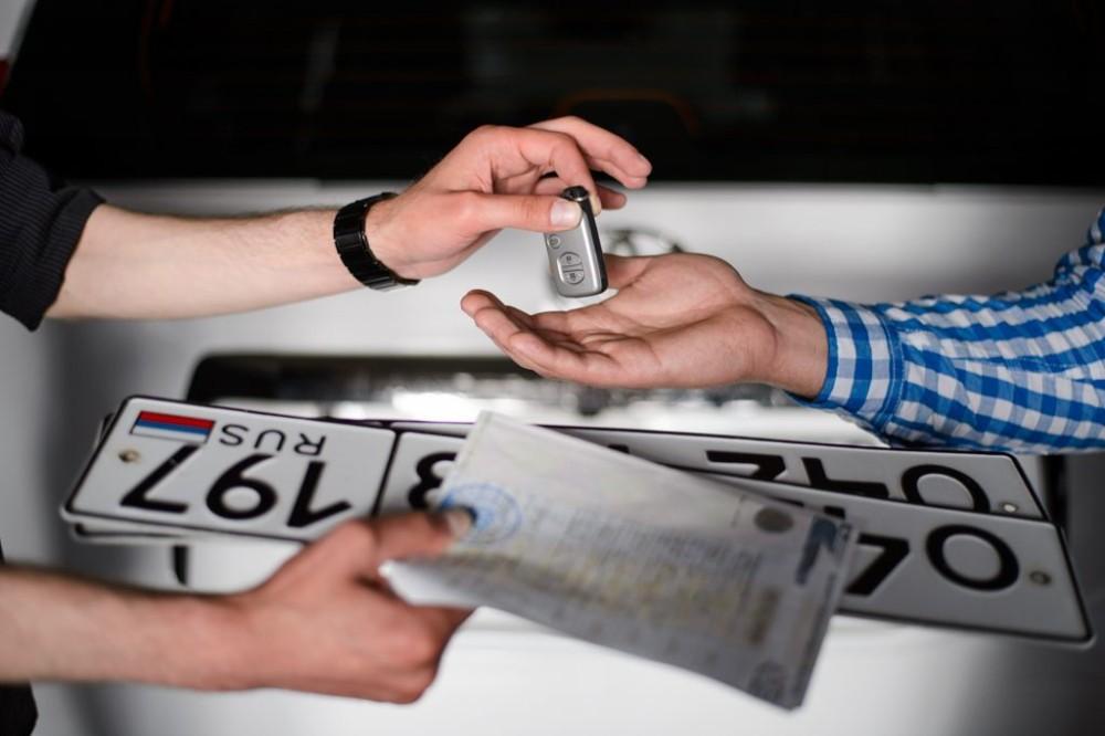 Документы и номерной знак на авто