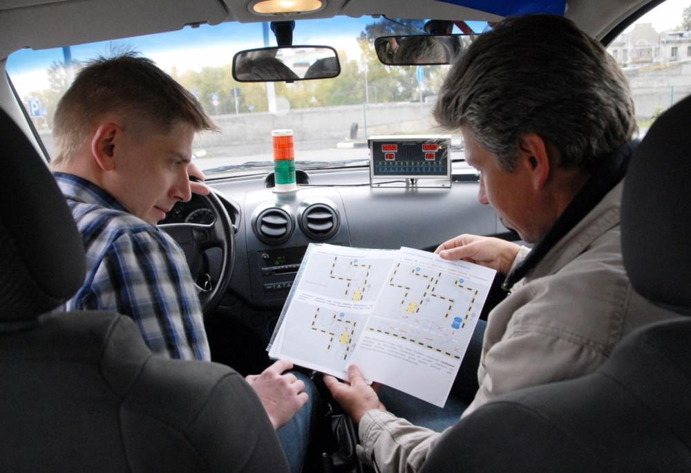 Инструктор объясняет правила вождения