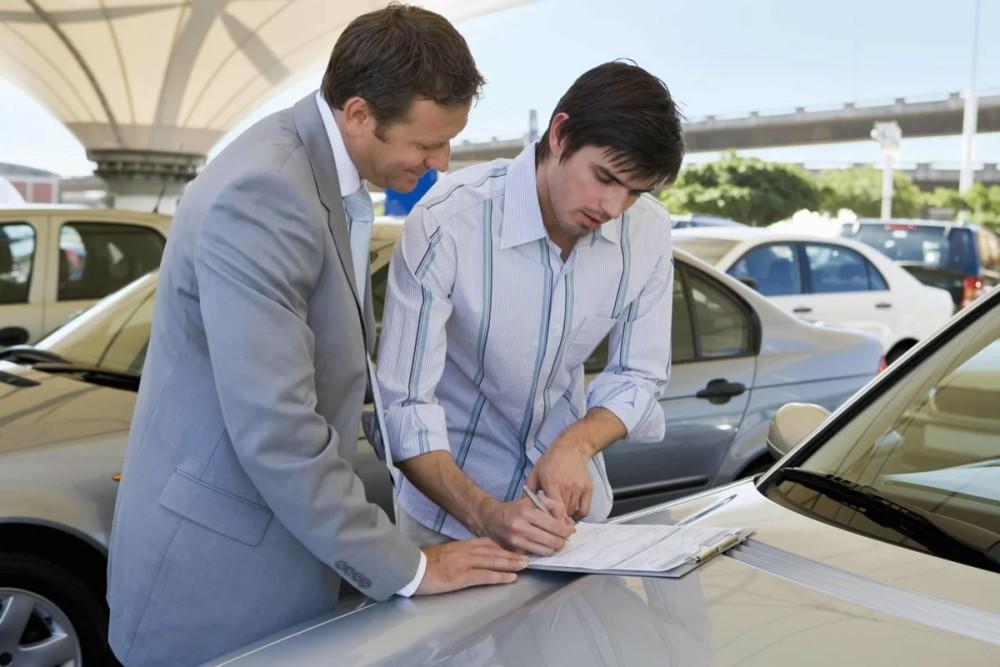 Подписание договора о покупке авто