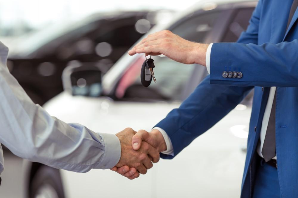 Передача ключей от автомобиля покупателю