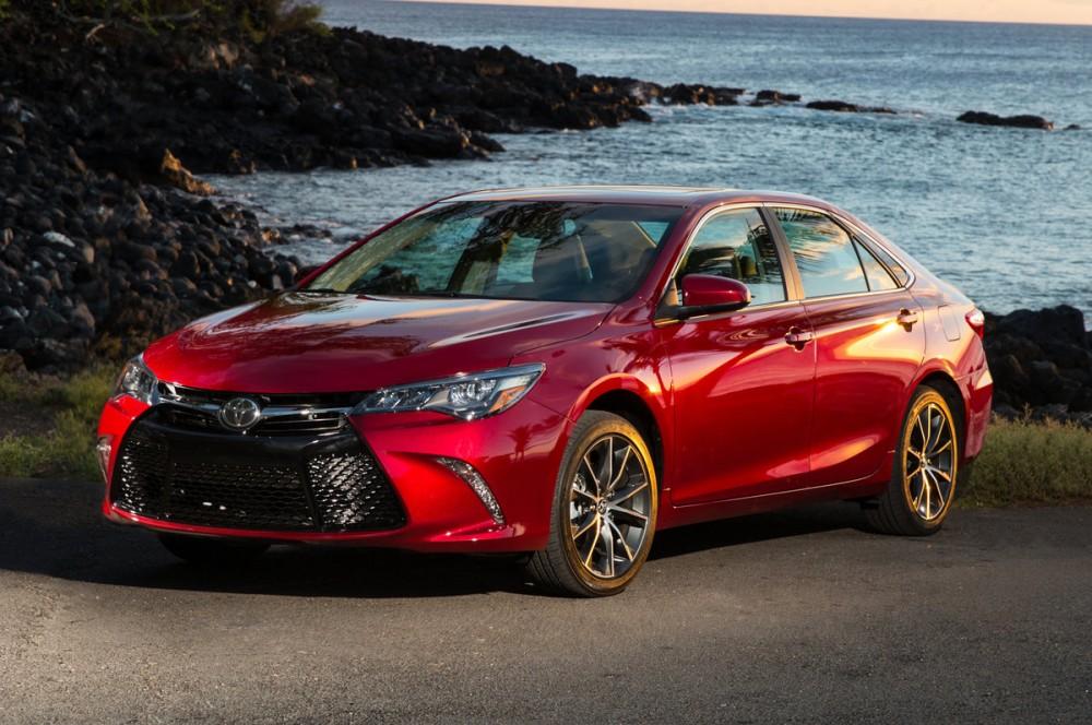 Toyota Camry красного цвета