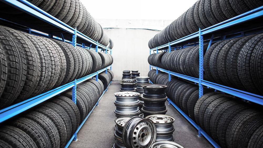 Автомобильные шины на стеллажах
